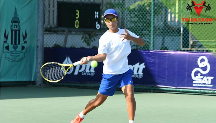 เทคนิคการเล่นกีฬาเทนนิสต้องมีพื้นฐานในการเล่นและต้องตีท่าตีเทนนิสที่ถูกต้อง เล่นเทนนิสจะต้องรู้พื้นฐานของกีฬานี้ ทักษะในการเล่นกีฬาเทนนิส