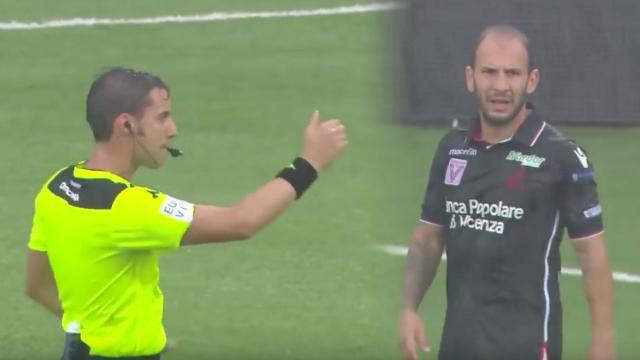 การแจกใบเหลือง – ใบแดง ในการแข่งขันฟุตบอล ใครที่ชื่นชอบดูฟุตบอลเป็นชีวิตจิตใจจะเห็นบ่อยครั้งที่นักฟุตบอลโดนลงโทษระหว่างการแข่งขัน Remove term: กติกาใบเหลืองใบแดง กติกาใบเหลืองใบแดงRemove term: กฎการแจกใบเหลืองใบแดง กฎการแจกใบเหลืองใบแดงRemove term: บทลงโทษเป็นใบเหลืองและใบแดง บทลงโทษเป็นใบเหลืองและใบแดงRemove term: เคน แอสตัน เคน แอสตัน