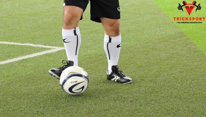 พื้นฐานการเล่นฟุตซอล การ แข่งขันฟุตบอล เป็นเกมกีฬาที่คนทั่วโลกให้ความสนใจ แต่ในบางพื้นที่มีพื้นที่ใช้สอยจำกัดทำให้เยาวชนไม่มีสนามบอลขนาดใหญ่